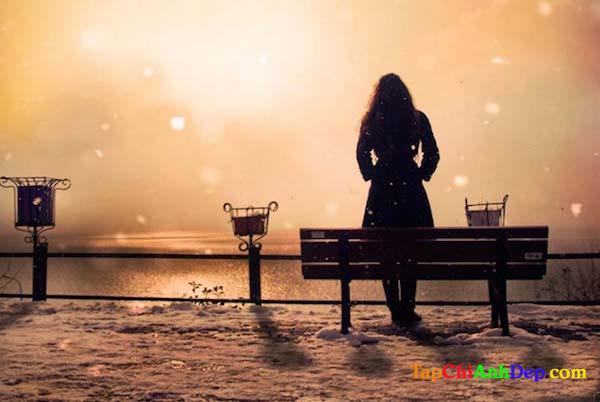 Hình ảnh buồn chán ngồi một mình của con gái đầy xót thương.
