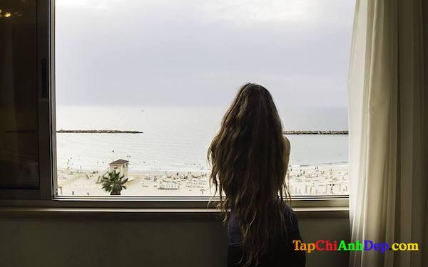 Hình ảnh buồn cô đơn chờ người yêu trong vô vọng.